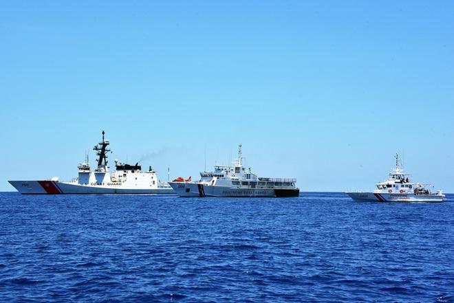 Một tàu tuần duyên Mỹ (trái) diễn tập cùng 2 tàu tuần duyên Philippines hồi tháng 5-2019. Ảnh: Lực lượng tuần duyên Mỹ