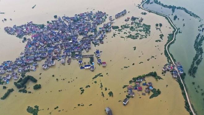 Nước lũ ngập dưới chân, Trung Quốc hứng thêm nắng nóng 39-40 độ - Ảnh 2.