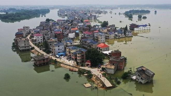Nước lũ ngập dưới chân, Trung Quốc hứng thêm nắng nóng 39-40 độ - Ảnh 3.