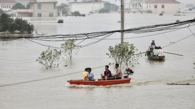 Nước lũ ngập dưới chân, Trung Quốc hứng thêm nắng nóng 39-40 độ - Ảnh 4.