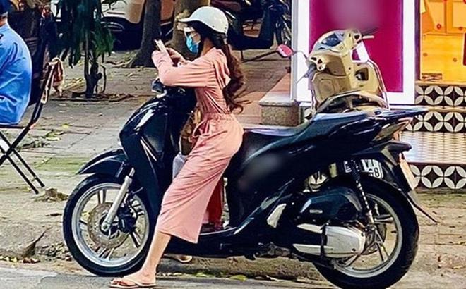 """Cô gái có chiều cao khiêm tốn nhưng lại đi xe máy to đùng, dừng bên đường phải đứng """"xoạc cả chân"""" để chống khiến dân tình ái ngại"""
