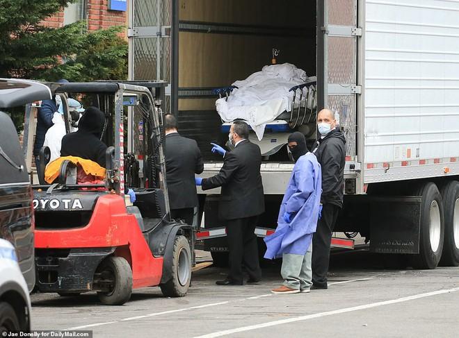 2 bang ở Mỹ lưu thi thể chết vì Covid-19 trong container đông lạnh vì nhà xác hết chỗ chứa - Ảnh 3.