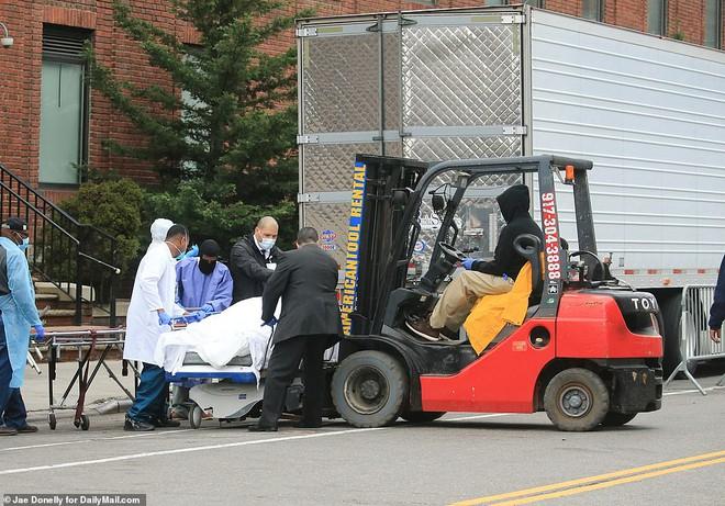 2 bang ở Mỹ lưu thi thể chết vì Covid-19 trong container đông lạnh vì nhà xác hết chỗ chứa - Ảnh 2.