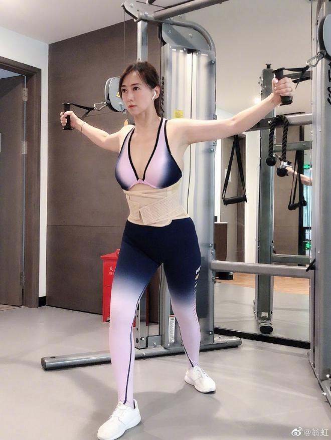 Hoa hậu Châu Á bị bố mẹ từ mặt vì đóng phim nóng, chồng hắt hủi đuổi khỏi nhà giờ ra sao? - Ảnh 13.