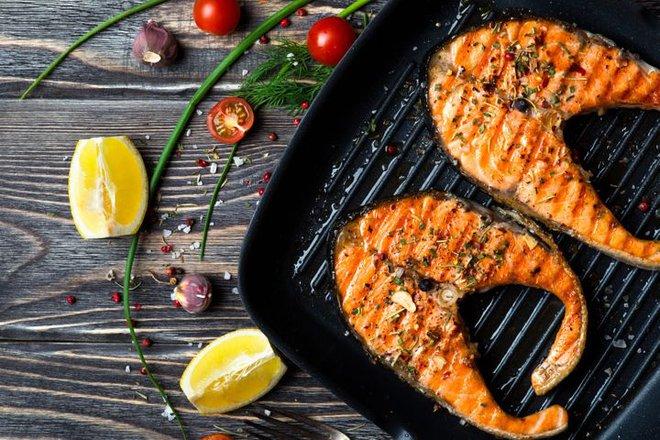 Chuyên gia dinh dưỡng khuyến cáo: Lợi và hại của 7 món thịt nướng khoái khẩu - Ảnh 1.