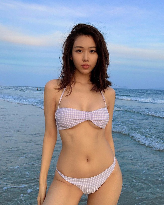 Nữ ca sĩ 'Ghen Cô Vy' thả dáng với bikini, đường cong nóng bỏng gây sốt - Ảnh 2.