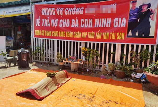 Người dân vây bắt chủ hụi bị lập bàn thờ ở Lâm Đồng - Ảnh 2.