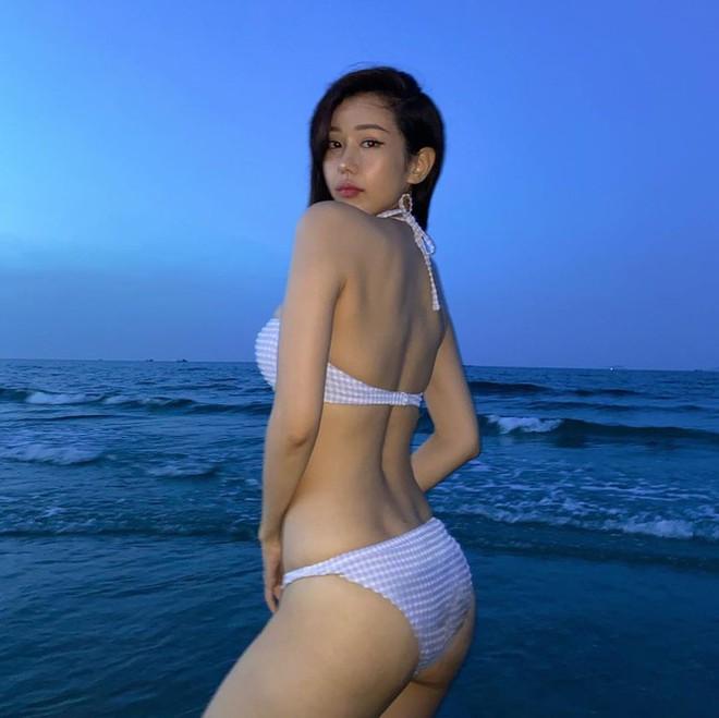 Nữ ca sĩ 'Ghen Cô Vy' thả dáng với bikini, đường cong nóng bỏng gây sốt - Ảnh 3.
