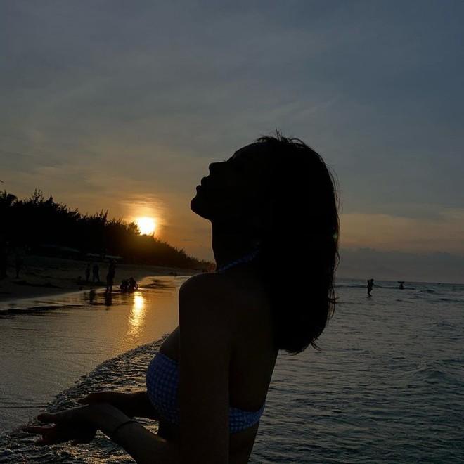Nữ ca sĩ 'Ghen Cô Vy' thả dáng với bikini, đường cong nóng bỏng gây sốt - Ảnh 6.