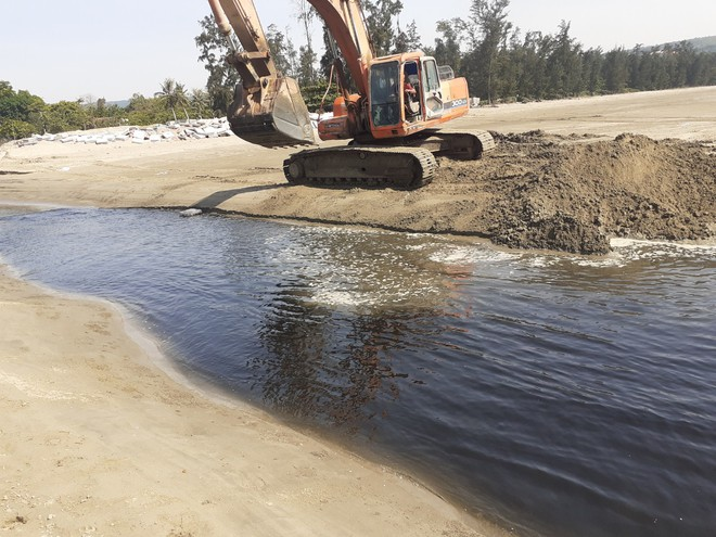 Vụ trang trại tôm xả thải ô nhiễm: Dân mang cả chai nước thải lên cho Phó Chủ tịch thị xã ngửi - Ảnh 6.