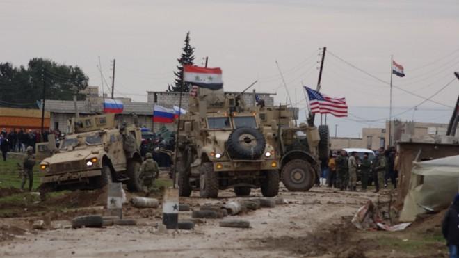 Cơ giới đụng độ như cơm bữa, Nga tính buộc Mỹ phải muối mặt rút quân khỏi Syria? - Ảnh 1.