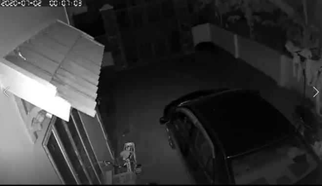 Ô tô bốc cháy trong đêm, chủ nhà check camera thì phát hiện hành động đáng sợ của thanh niên lạ mặt - Ảnh 1.