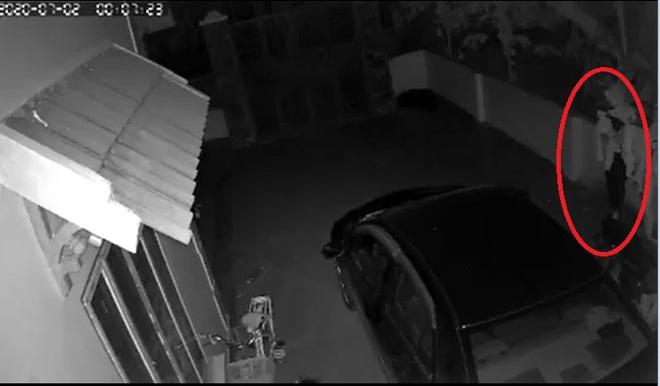 Ô tô bốc cháy trong đêm, chủ nhà check camera thì phát hiện hành động đáng sợ của thanh niên lạ mặt - Ảnh 2.