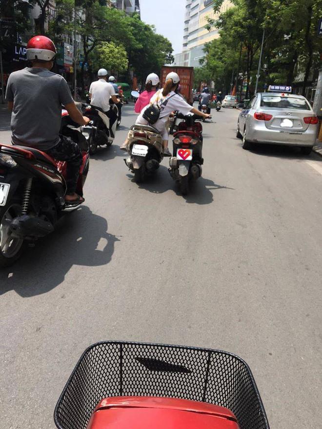 Bức ảnh hot nhất trưa nay: 2 cô gái diễu hành trên phố, người ngồi sau có hành động khiến tất cả kinh sợ - Ảnh 1.