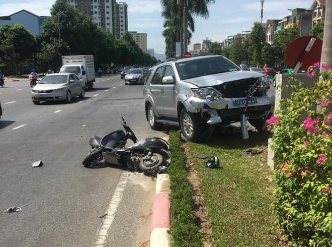 Lãnh đạo UBKT Tỉnh ủy nói về bức ảnh 3 cán bộ đứng cầm điện thoại, nạn nhân nằm gục sau tai nạn - Ảnh 2.