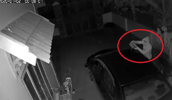 Ô tô bốc cháy trong đêm, chủ nhà check camera thì phát hiện hành động đáng sợ của thanh niên lạ mặt - Ảnh 3.