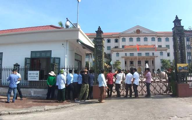 Hàng chục phụ huynh học sinh kéo nhau lên Ủy ban tỉnh phản đối việc giải thể trường cấp 3 - Ảnh 1.