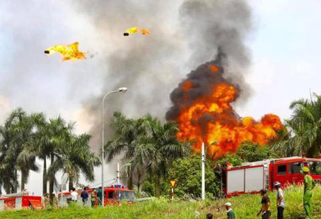 Có hiện tượng rò rỉ hóa chất trong vụ cháy kho xưởng sơn ở Long Biên - Ảnh 1.