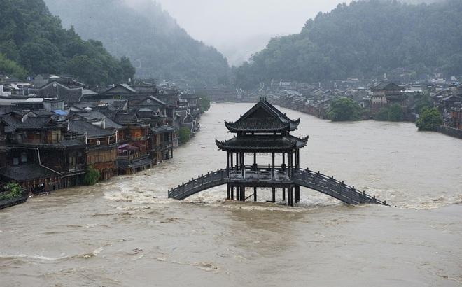 """Hàng trăm con sông vượt mức nước báo động, thiệt hại không kể xiết: TQ lại tiếp tục đón """"hung tin"""""""