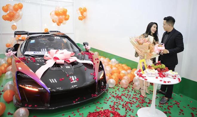 Đẳng cấp bạo chi của đại gia Sài Thành vừa tặng vợ món quà 50 tỷ qua dàn xe cực khủng - Ảnh 2.