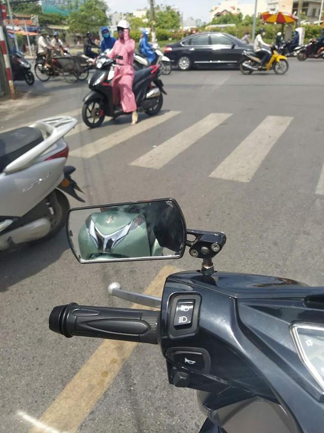Chị gái trùm kín mít dừng xe giữa đường để mua trái cây - cảnh tượng khiến bao người ngao ngán - Ảnh 2.
