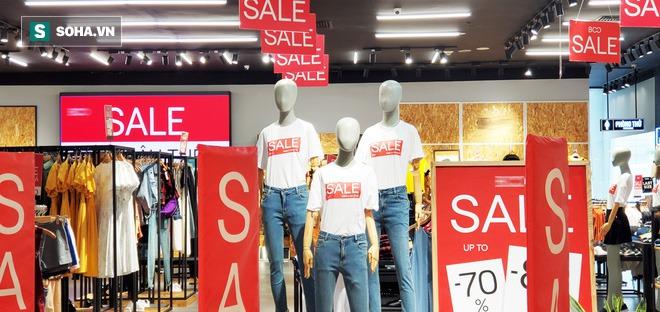 Tung chiêu quen thuộc hàng năm, các cửa hiệu thời trang, túi xách vẫn chật cứng khách - Ảnh 4.