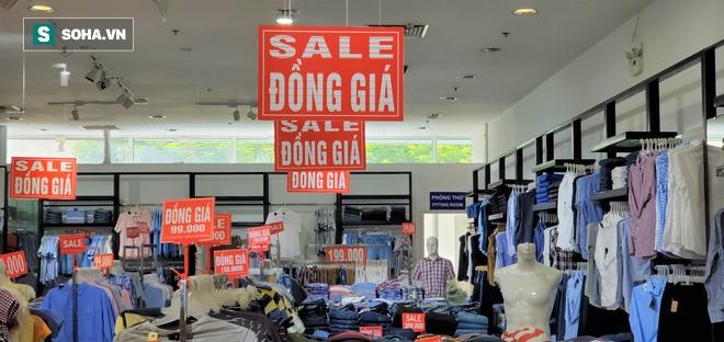 Tung chiêu quen thuộc hàng năm, các cửa hiệu thời trang, túi xách vẫn chật cứng khách - Ảnh 1.