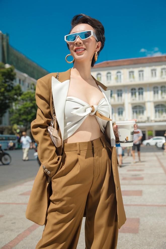 Hoa hậu hài Thu Trang mặc gợi cảm đi dạo phố - Ảnh 1.