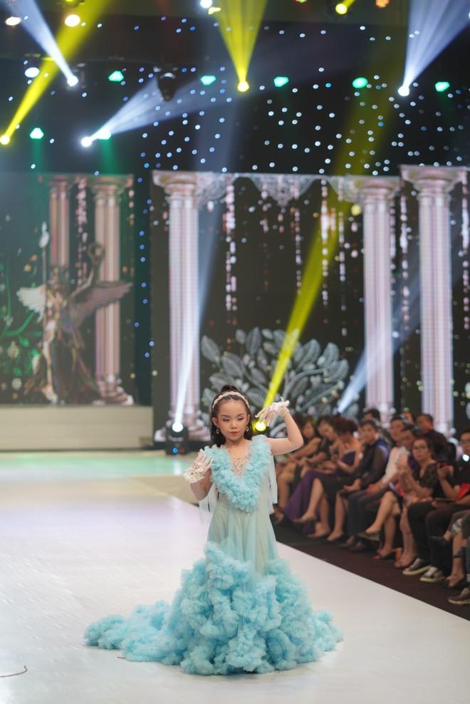 Mẫu nhí Trần Quách Thiên Kim mặc đầm công chúa, tự tin catwalk - Ảnh 4.