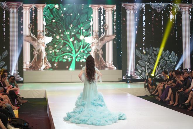 Mẫu nhí Trần Quách Thiên Kim mặc đầm công chúa, tự tin catwalk - Ảnh 6.