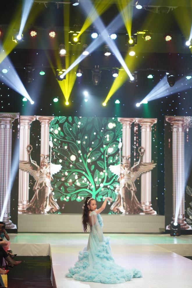 Mẫu nhí Trần Quách Thiên Kim mặc đầm công chúa, tự tin catwalk - Ảnh 3.