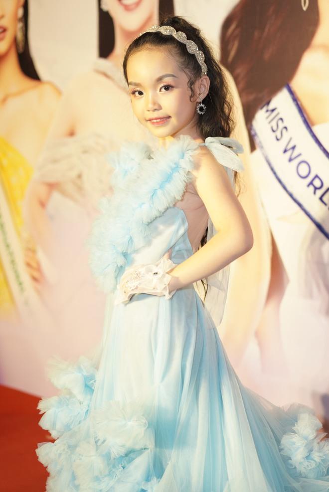 Mẫu nhí Trần Quách Thiên Kim mặc đầm công chúa, tự tin catwalk - Ảnh 1.