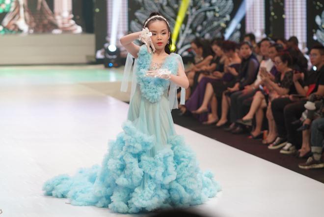 Mẫu nhí Trần Quách Thiên Kim mặc đầm công chúa, tự tin catwalk - Ảnh 5.