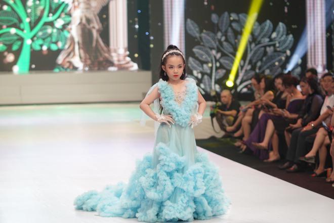 Mẫu nhí Trần Quách Thiên Kim mặc đầm công chúa, tự tin catwalk - Ảnh 2.