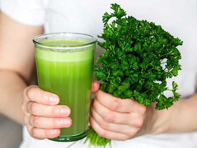 Hướng dẫn chữa viêm dạ dày bằng rau mùi tây - Ảnh 2.