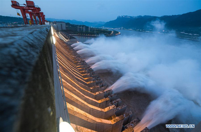 Nước dâng cao kỷ lục từ khi xây đập Tam Hiệp: Hồng thủy Trường Giang Số 2 khủng khiếp thế nào? - Ảnh 1.