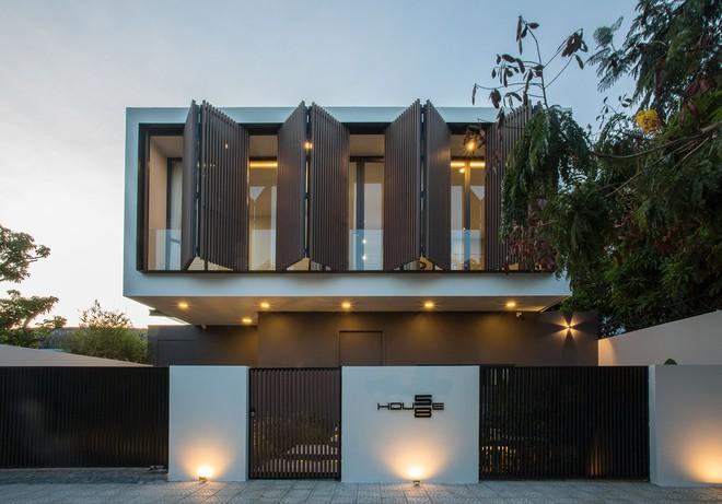Ngôi nhà 230 m2 với phần quan trọng nhất là khu bếp và mảnh vườn nhỏ - Ảnh 1.