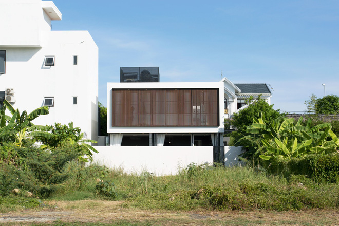 Ngôi nhà 230 m2 với phần quan trọng nhất là khu bếp và mảnh vườn nhỏ - Ảnh 2.