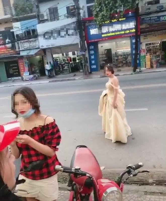 Cô gái trẻ hớt hải xách váy chạy bộ cả kilomet, hỏi thăm đến lễ cưới người yêu cũ chỉ để được nhìn anh mỉm cười lên xe hoa - Ảnh 2.