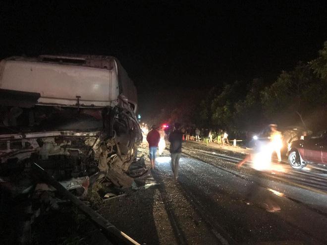 Hiện trường kinh hoàng vụ tai nạn giữa ô tô 16 chỗ và xe tải khiến 8 người tử vong lúc rạng sáng - Ảnh 7.