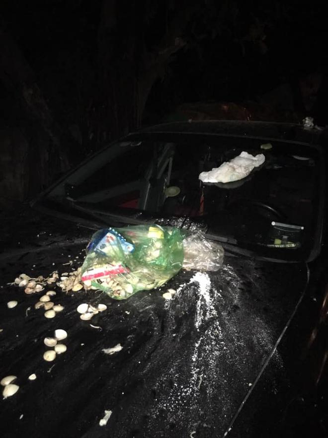 Đỗ xe chắn bãi rác đến khi quay lại, tài xế ô tô hốt hoảng với thứ nhầy nhụa trên nắp ca - pô - Ảnh 2.