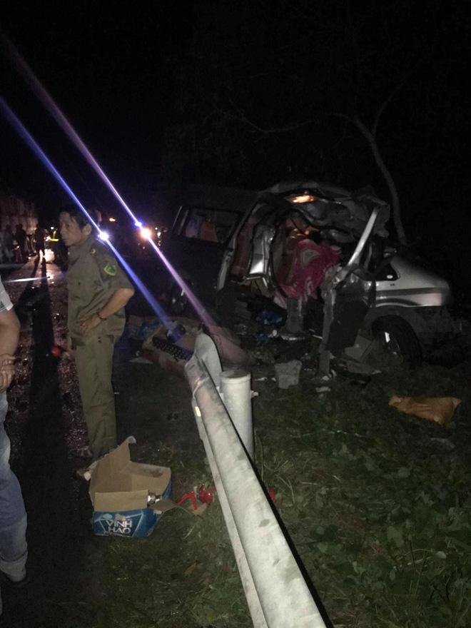 Hiện trường kinh hoàng vụ tai nạn giữa ô tô 16 chỗ và xe tải khiến 8 người tử vong lúc rạng sáng - Ảnh 3.