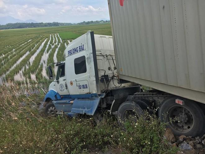 Clip: Tài xế container phanh cháy lốp, đánh lái lao xuống ruộng cứu mạng người đàn ông đạp xe - Ảnh 3.