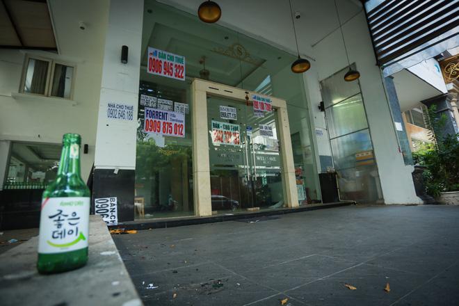 Phố Hàn Quốc ở Sài Gòn cửa đóng then cài, đìu hiu, xơ xác đến khó tin - Ảnh 6.