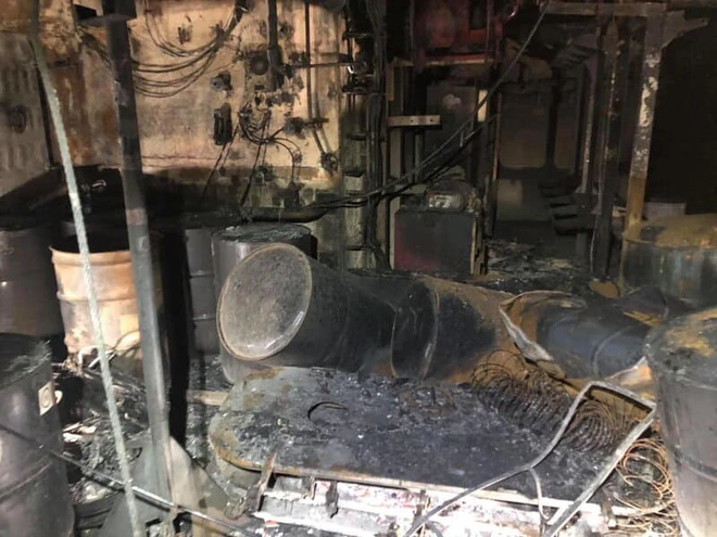 Hình ảnh chiến hạm tỷ đô của Mỹ hóa sắt vụn sau 4 ngày bốc cháy dữ dội - Ảnh 3.