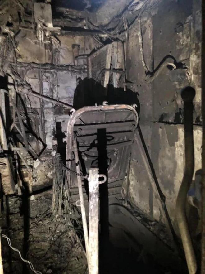 Hình ảnh chiến hạm tỷ đô của Mỹ hóa sắt vụn sau 4 ngày bốc cháy dữ dội - Ảnh 4.
