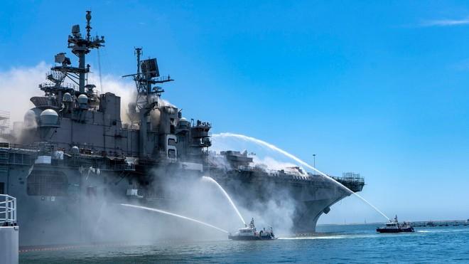 Hình ảnh chiến hạm tỷ đô của Mỹ hóa sắt vụn sau 4 ngày bốc cháy dữ dội - Ảnh 8.
