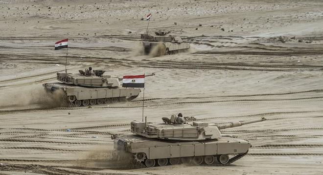 Nói là làm, Ai Cập điều 3 lữ đoàn xe tăng áp sát Libya: Bất ngờ phản ứng của Algeria - Ảnh 2.