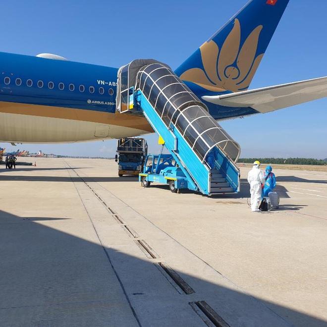 Chuyến bay đầu tiên chở công dân Việt Nam về nước từ Romania và Ba Lan - Ảnh 5.