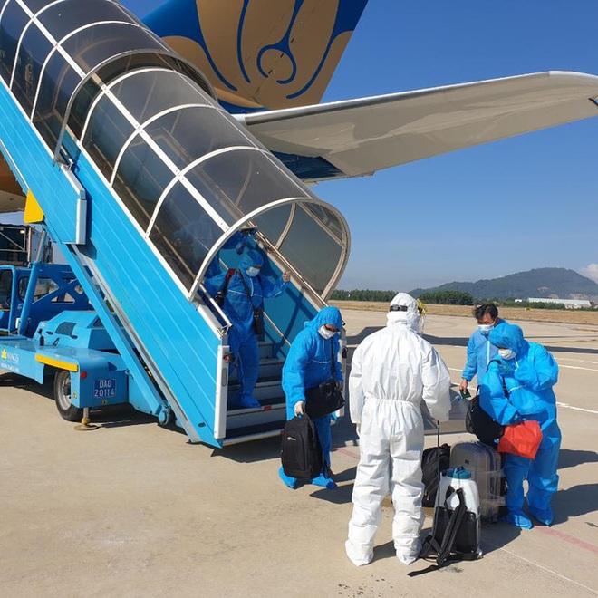 Chuyến bay đầu tiên chở công dân Việt Nam về nước từ Romania và Ba Lan - Ảnh 6.